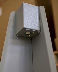 该工作台配备三个倍加福超声波传感器以检测包装的尺寸。这一个传感器位于桌子上方以检测其包装高度。