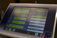 包装数据显示在安装在测量台上的屏幕上。